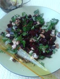 Salată de sfeclă roşie cu nucă şi gorgonzola.
