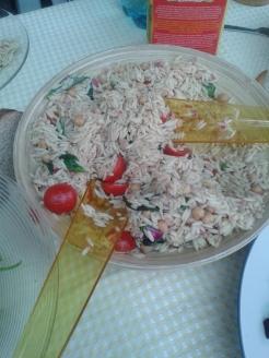 Salată de orzo cu năut, roşii şi busuioc.