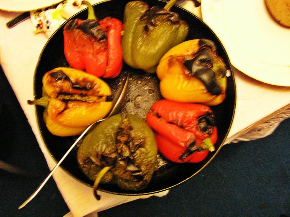 Ardei umpluți cu cușcuș cu mentă, fructe uscate și alune de pădure