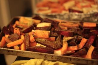 Sfeclă roșie, morcovi și păstârnac coapte cu ulei de măsline, coajă de lămâie, ghimbir și piper.