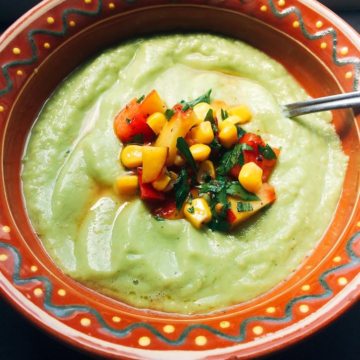 Supă rece de avocado și castraveți cu salsa depiersici